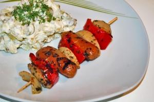 Saitan-Würstchen Spieße mit Erdäpfel-Essiggurken Salat vegan Grillen